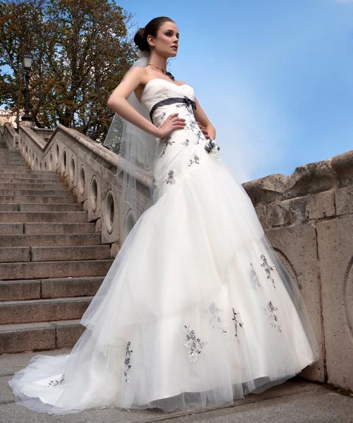 686faf9877 A hagyományos ruha továbbgondolva! Vékony tüll és gyönyörű hímzések  díszítik ezt a Pronuptia modellt. Elegancia, és minden, ami eszünkbe jut az  esküvőről!