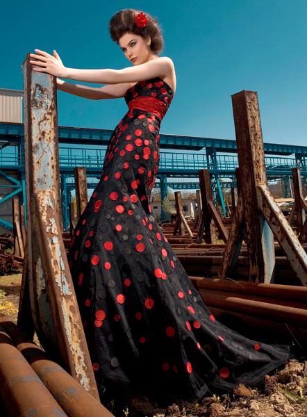 bf06003bbd Vegyél fel egy extrém ruhát! Az idei esküvői ruhák színét már nem csak a  fehér árnyalatai jellemzik. Rendkívül trendivé vált a színek szabad  használata.